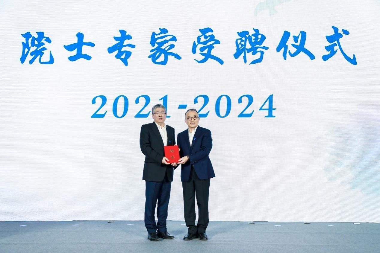 中国移动高同庆副总经理为星河亮点首席科学家、中国工程院院士张平颁发了聘书